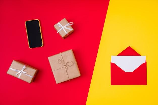 赤い封筒とクリスマスプレゼントを開く