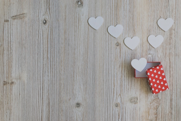 Открыть красный подарок с белыми сердца