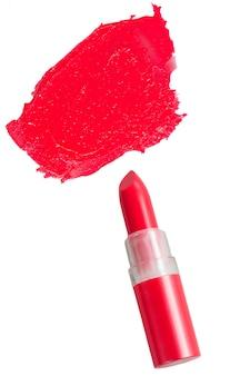 白で隔離の赤い口紅を開く