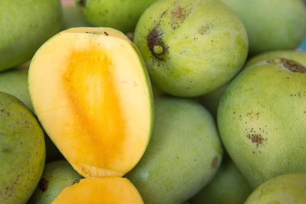 Открыть спелое манго