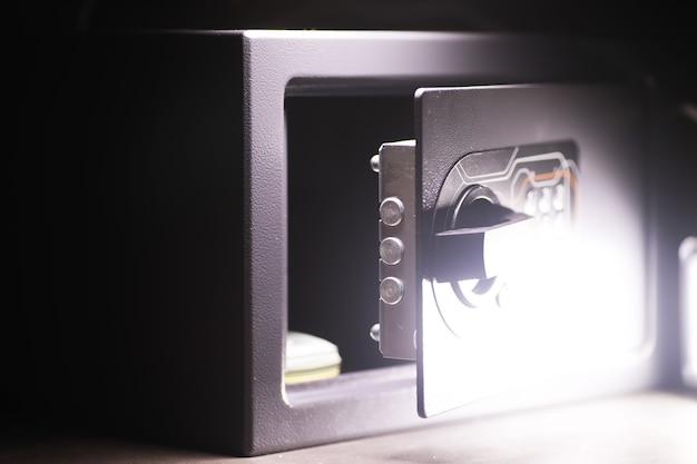 Откройте сейф в зажиточном доме. сейф в гостиничном номере. концепция безопасного хранения денег и документов