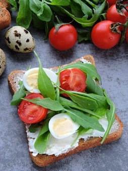 Open sandwich with arugula and cream cheese