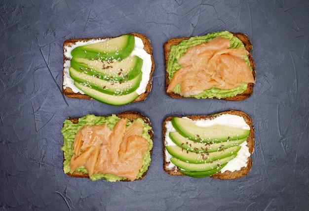 Открытый бутерброд с темным ржаным хлебом, авокадо и лососем.