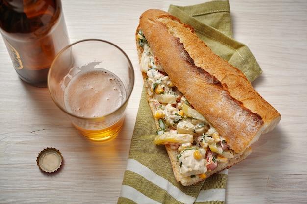 チキン、野菜、マヨネーズサラダのオープンサンドイッチ
