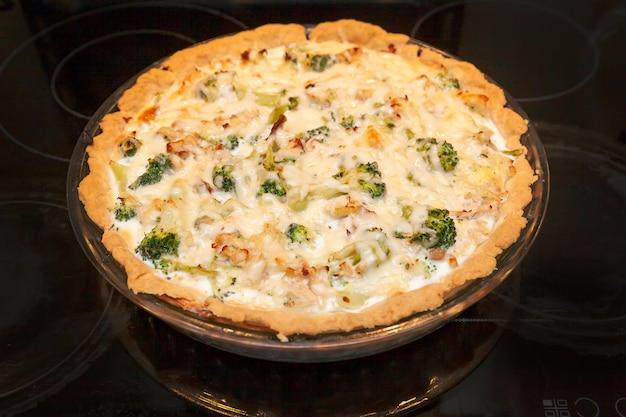 치즈를 뿌린 닭고기와 브로콜리를 곁들인 오픈 쇼트브레드 파이