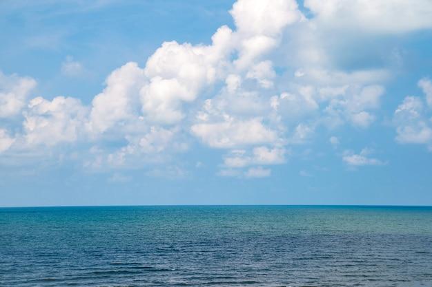 斜面レベルの美しい雲と海の景色で空の日を開きます。