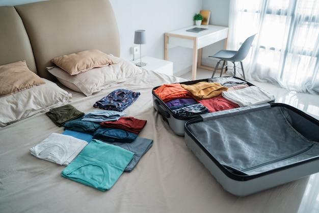 옷이 많은 열린 가방