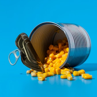 トウモロコシの正面図で満たされたオープンブリキ缶