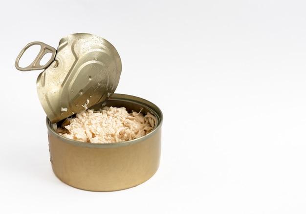 흰색 표면, 측면 viev에 고립 된 애완 동물 클로즈업을위한 음식으로 오픈 깡통