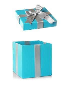 Открытая бирюзовая подарочная коробка с серебряной лентой на белом фоне