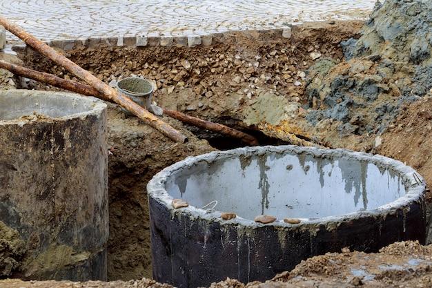 路上で安全でない下水道マンホールを開く