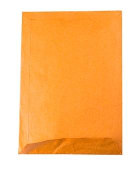 白い背景で隔離の使用済みの黄色い封筒を開きます。
