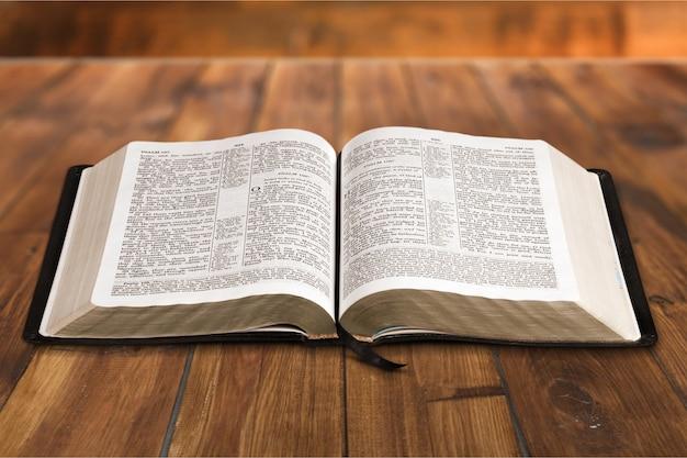 책상에 빈티지 기독교 성경을 엽니다