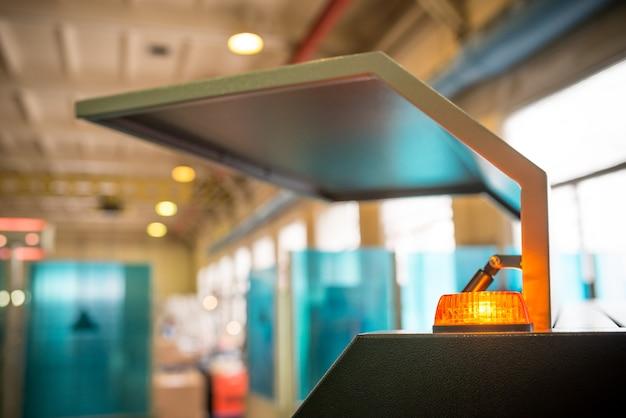 空気圧クローザーとオレンジ色の警告灯を備えた金属製ハウジングの開いた壁