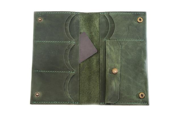 Открытый кошелек с кредитной картой внутри. изолированный.