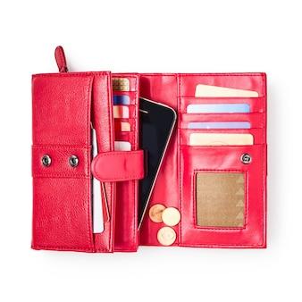흰색 배경 클리핑 경로에 격리된 신용 카드, 스마트폰, 동전이 포함된 지갑을 엽니다. 여성 빨간 지갑입니다. 평평한 평지, 평면도