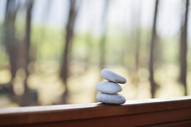 森を縁取る3つの白い石で窓を開ける