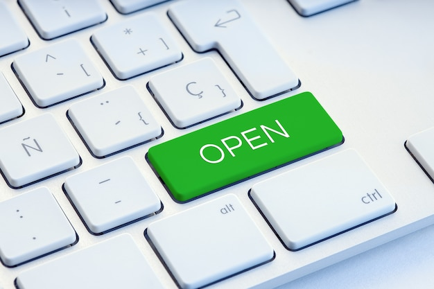 녹색 컴퓨터 키보드 키에 단어 열기