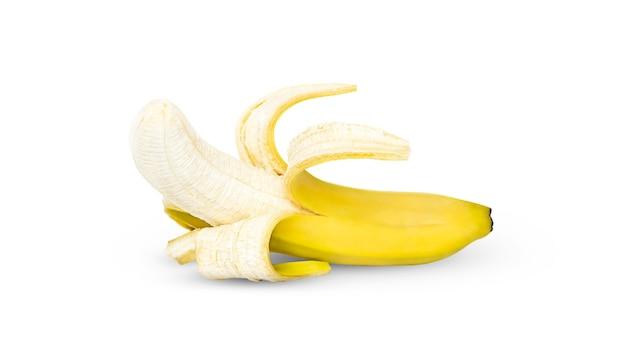 Открытый желтый банан изолирован.