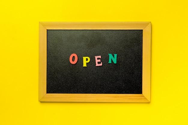Мини-доска с надписью open над разноцветным фоном