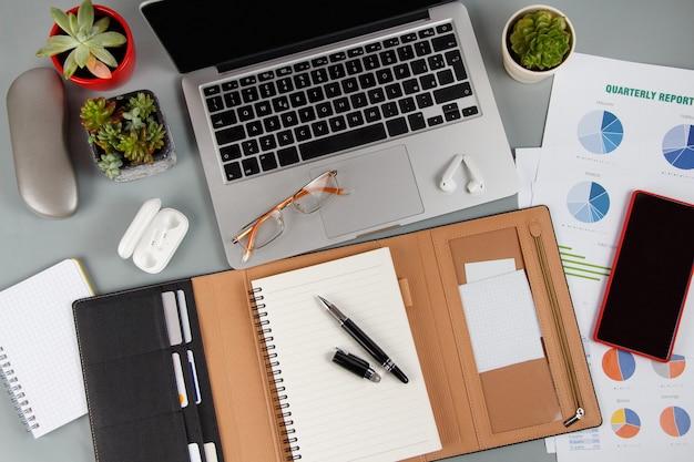 노트북 근처에 열린 의제와 회색 가까이에 있는 현대적인 가제트