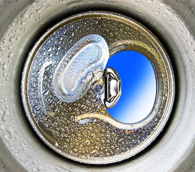청량 음료 또는 맥주를 위한 열린 알루미늄 캔 내부에서 보기