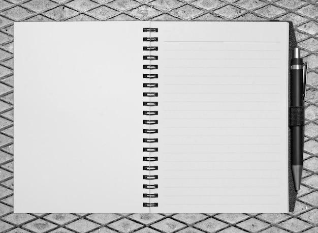 開いた空白のノートブック