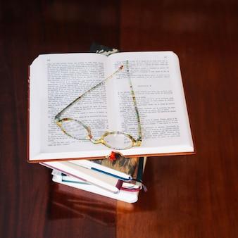 열린 된 책과 테이블에 안경