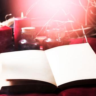 Открытая книга и украшения хэллоуина