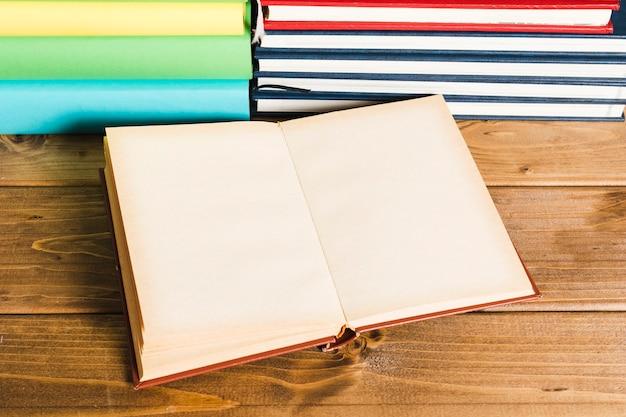木製のテーブルで開かれた本
