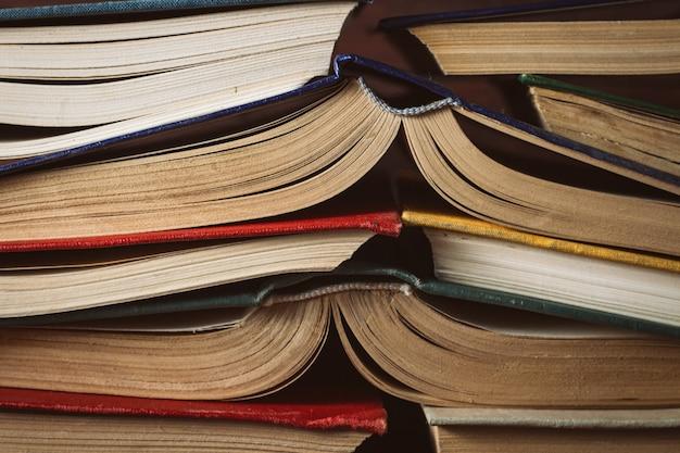 Открытые книги сложил друг другу. может использоваться как задняя стенка