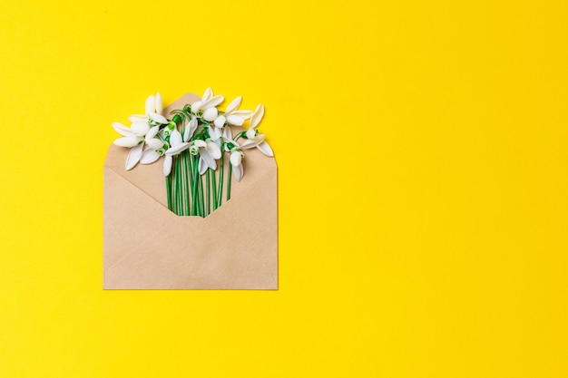 봄 꽃 꽃이 든 공예 종이 봉투 개봉