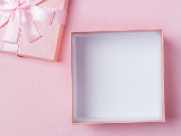 Открыт пустой розовый макет подарочной коробке