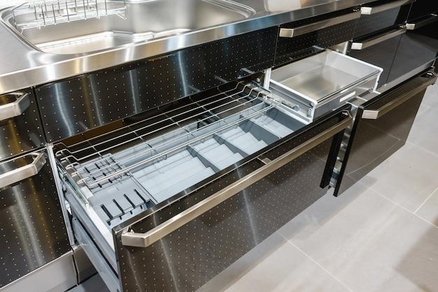 内部にプレートを入れたキッチン引き出し、キッチン収納用のスマートなソリューション