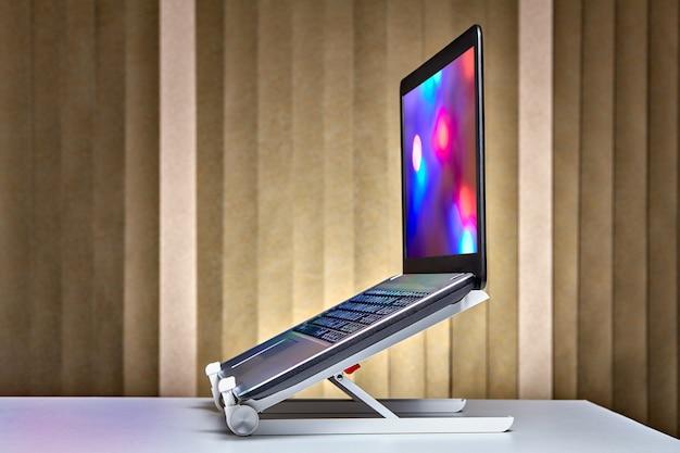 열린 노트북이 실행 중이며 노트북 홀더에 설치되었습니다.