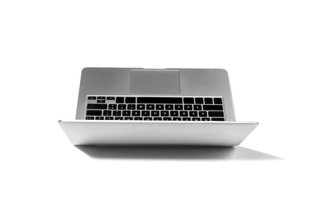 광고용 카피스페이스가 있는 흰색 스튜디오 배경에 격리된 노트북을 열었습니다. 사무실 또는 원격 작업, 프리랜서, 온라인 쇼핑, 영화 감상, 텍스트 입력, 통신을 위한 슬림하고 현대적인 가제트.