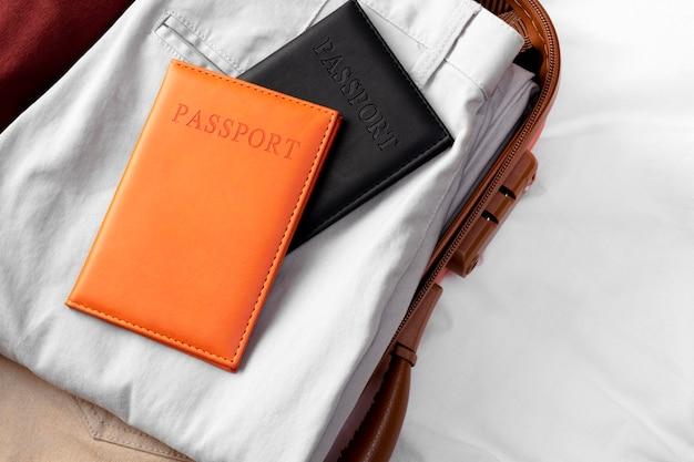 折りたたまれた服とパスポートで開いた荷物