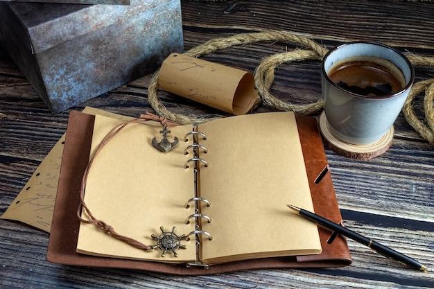 나무 테이블에 노트북과 커피 컵을 열었습니다.