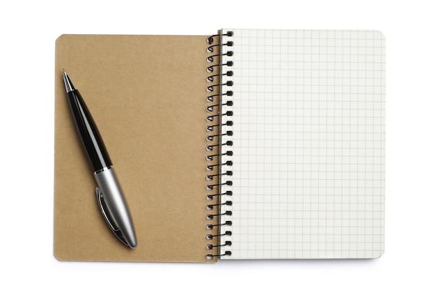 흰색 바탕에 메모장과 펜을 열었습니다.
