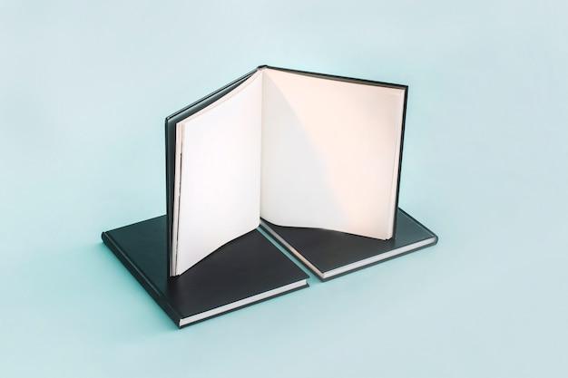 Открыт блокнот на черных ноутбуках