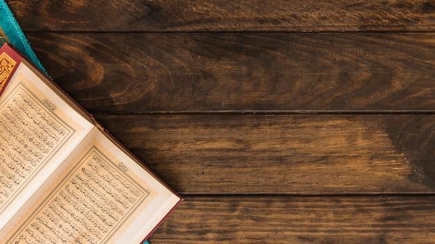 クルアーンと木製テーブルの布を開けた