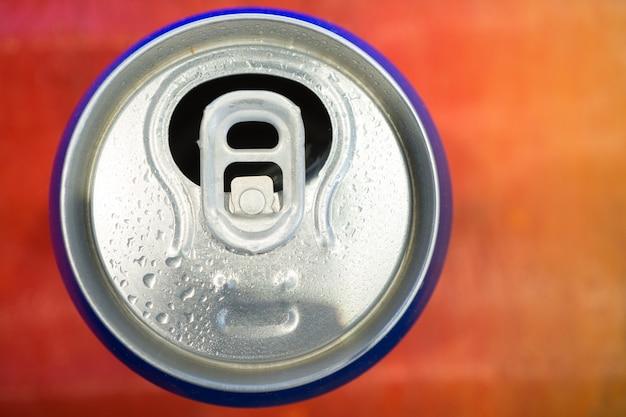 색 배경에 열린 소다 맥주 캔, 위에서 보기
