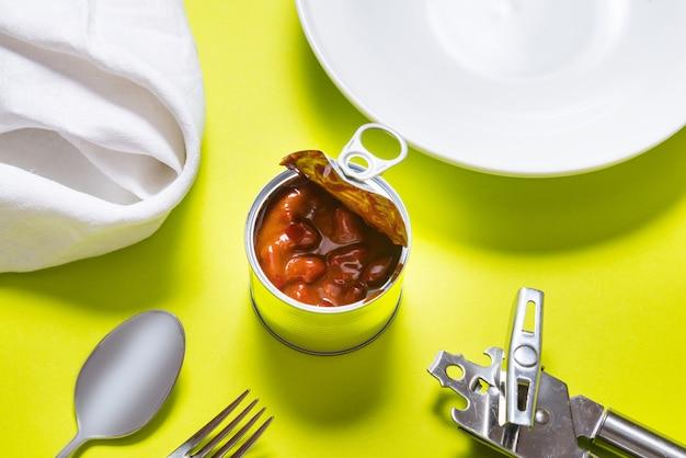 開いた缶、テーブルに赤唐辛子の缶詰