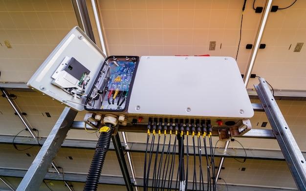 ソーラーパネルの裏側にあるオープン電圧インバーター