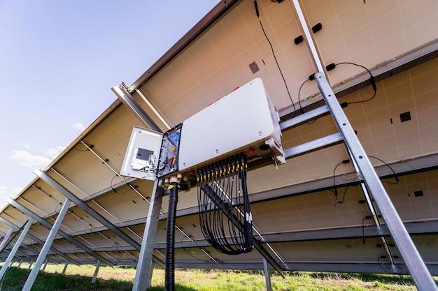 태양광 패널 후면에 개방된 전압 인버터
