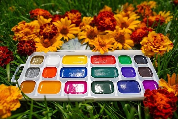 풀밭 그림에 노란색 빨간색과 푸른 잔디의 배경에 수채화 물감을 열었습니다 ...