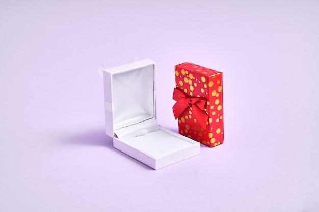 흰색 빈 반지 상자와 황금색 상자를 열었습니다. 크리스마스 제안. 발렌타인 데이 쥬얼리