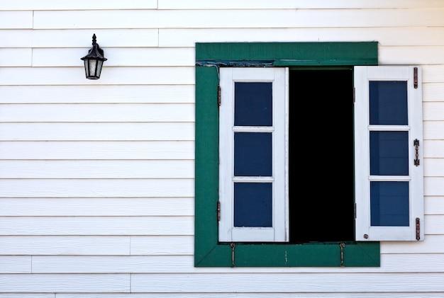 열린 창과 오래된 랜턴