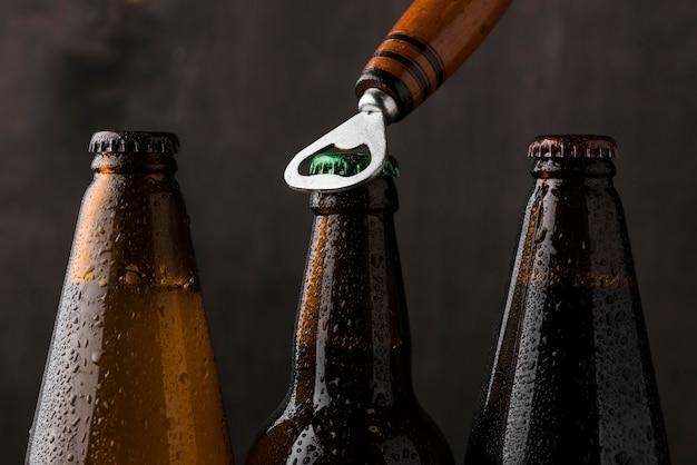 Disposizione delle bottiglie di birra e apribottiglie