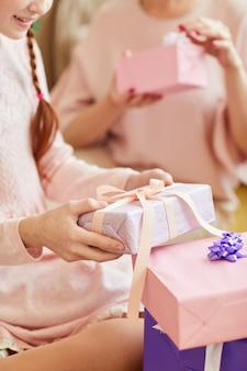 Открытие подарков на день рождения крупным планом